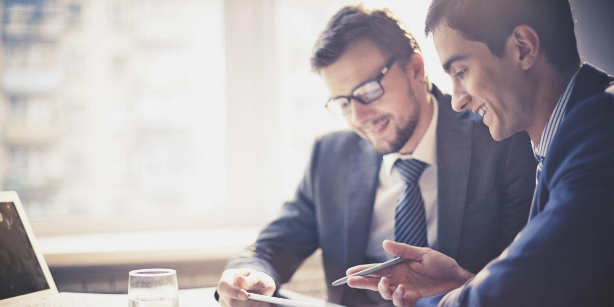 Asesores de Gestcredit analizando el mejor prestamos con hipoteca para ti