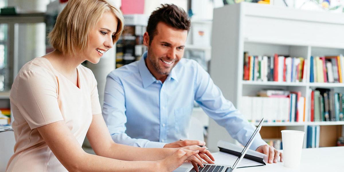 Dos asesores hipotecarios frente al ordenador