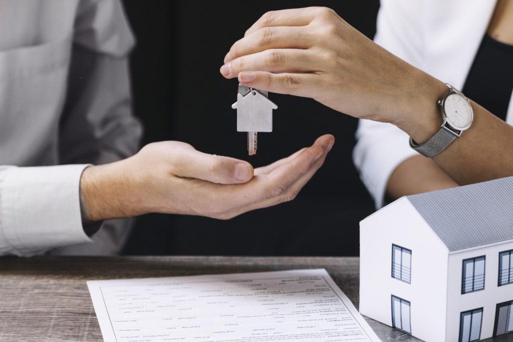 Hipoteca aprobada, Gestcredit entregando las llaves de su nueva a casa a sus clientes