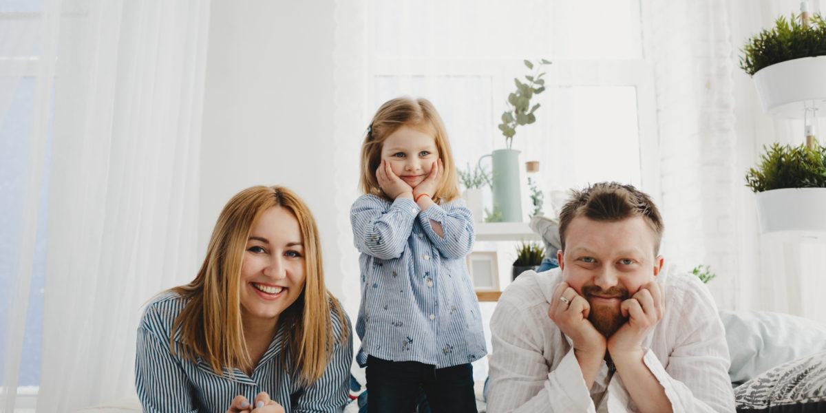 familia feliz con su hipoteca autopromotor