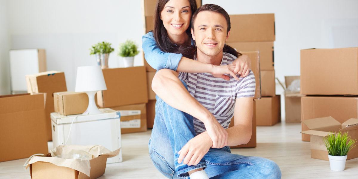 Pareja feliz con una hipoteca 100 financiación