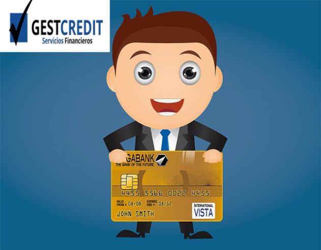 Reunificar deuda, Asesor financiero de Gestcredit sosteniendo una tarjeta de credito