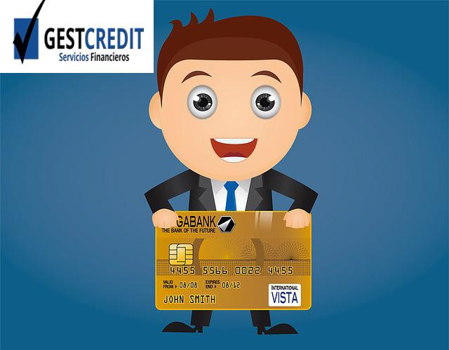 Asesor financiero de Gestcredit sosteniendo una tarjeta de credito
