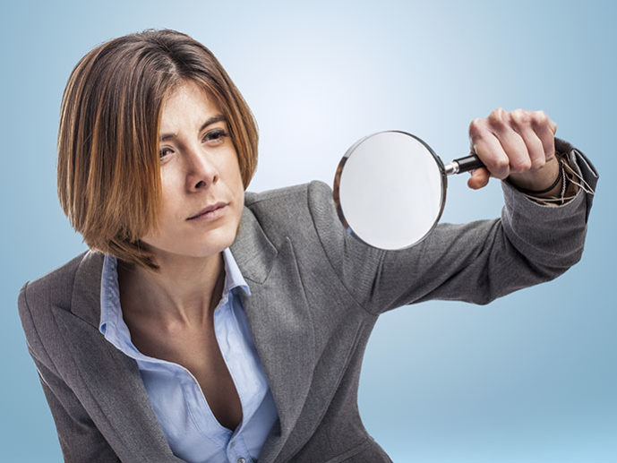 Mujer con lupa rastreador de hipotecas