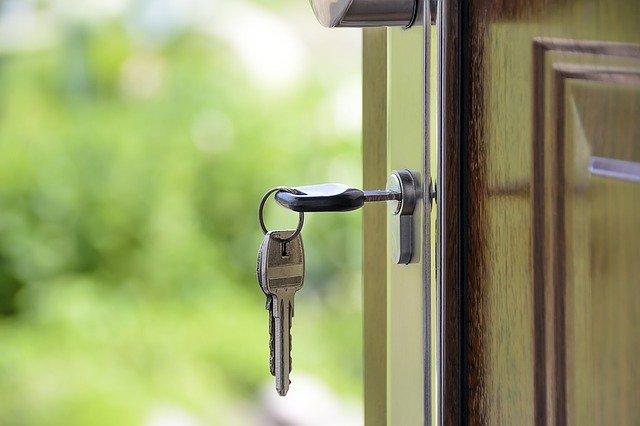 llaves en la puerta de primera y segunda vivienda